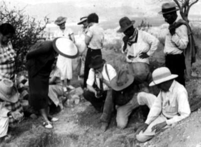 """""""Sistema de la Tumba 105. Explorando el mosaico"""", Alfonso Caso y otros arqueólogos"""