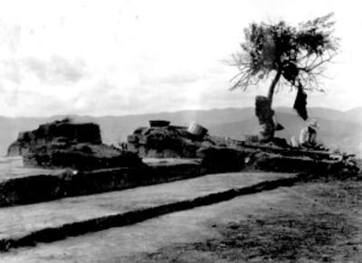 """Sistema 7 venado. Estructura superior y piedra 7 venado """"in situ"""" montículo sur"""