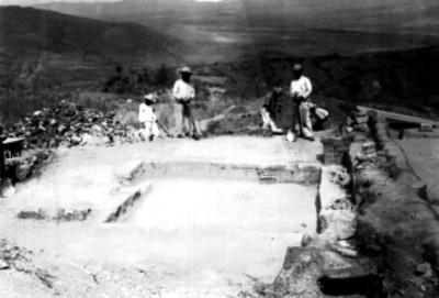 Hombres trabajan sobre plataforma prehispánica