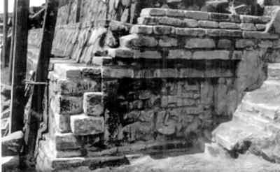 Vista lateral de escalinatas en edificio prehispánico