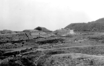 Vista general de la plaza con Montículo J en el fondo