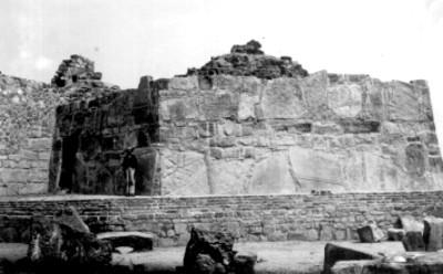Montículo J, lado oeste. El segundo cuerpo reconstruido
