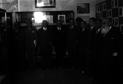 Luis Castillo Ledón con funcionarios en el Museo de Arquología, Historia y Etnografía, retrato de grupo
