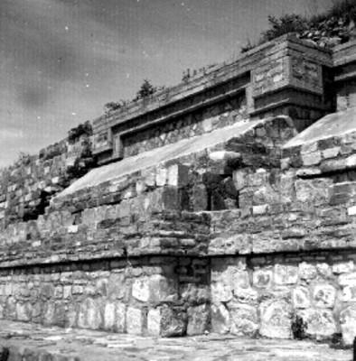 """Sistema de Montículo """" M """" Montículo """" o """" alfarda Norte del lado este, Detalle arquitectónico de los tableros de último cuerpo de la estructura anterior """""""