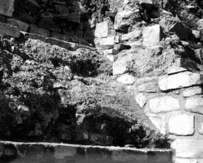 """Montículo """"K"""" segundo cauerpo lado Sur Restos de la estructura más antigua con su Talud de barro recubierto de estuco"""
