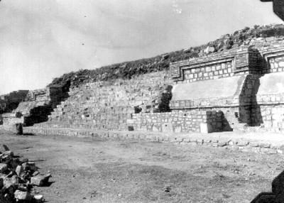 """Montículo """" K """". La estructura de la segunda época ya reconstruida. Los restos de la última época consolidadas, y se quitó su escalera para dejar al descubierto la escalera interior"""""""