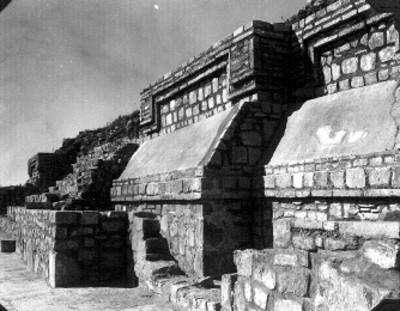 """Montículo """"K"""" Lado Este. La alfarda norte de la estructura más antigua completamente reconstruida. Los restos de la época reciente estan consolidados"""