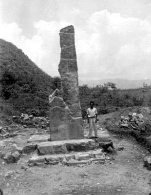 """Montículo """"K"""" El lado Este de la estela reconstruido Faltan muchos fragmentos"""