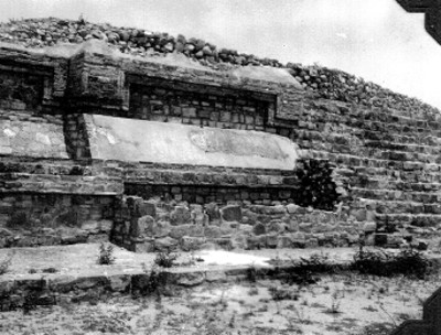 Alfarda y escalera reconstruidas, lado este