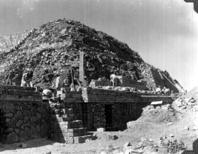 Hombres durante reconstrucción del primer cuerpo y parte de la escalera
