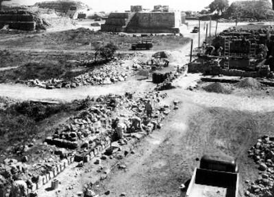 Trabajadores durante reconstrucción del Patio Central, lado norte