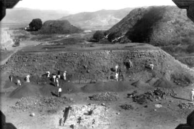 Hombres durante trabajos de reconstrucción, lado oeste