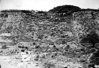 Reconstrucción de escalinata central