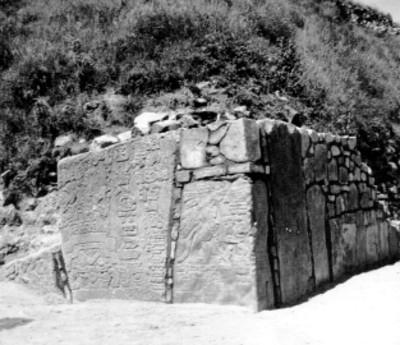 Esquina de un edificio con lápidas colocaadas en su lugar