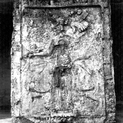 Templo de las Inscripciones, Pilar decorado con mujer cargando niño