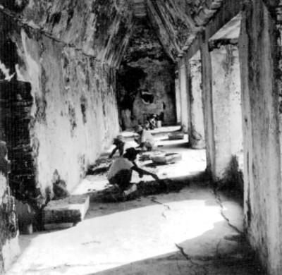 Trabajadores restauran el piso de una crujia de El Palacio; techada con bóveda maya