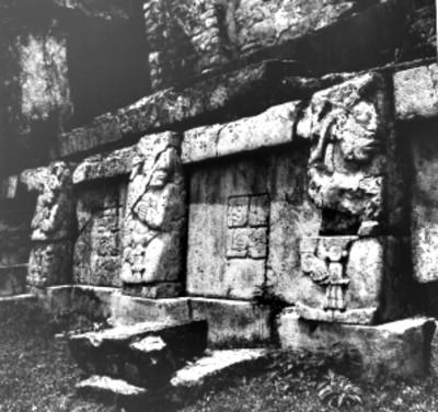 """Detalle de los relieves del basamento de la casa """"C"""" formado por figuras humanas sobre las pilastras y tableros con jeroglíficos"""
