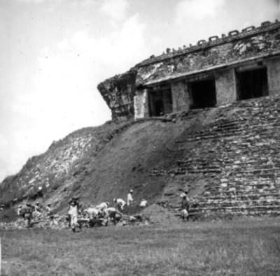 Trabajadores durante excavación arqueológica