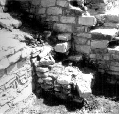 Arquitectura prehispánica en reconstrucción, vista parcial