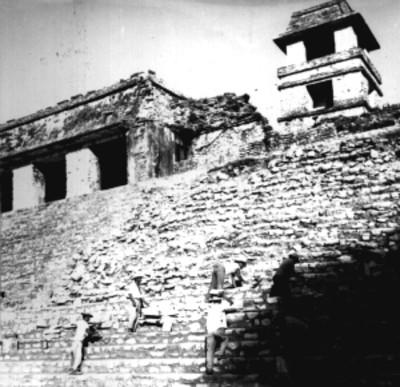 Trabajadores reconstruyen escalinata del Palacio
