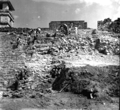 Trabajadores durante reconstrucción arqueológica