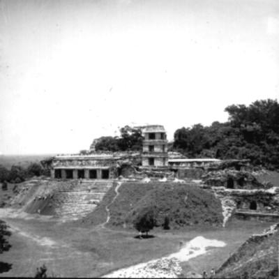 Edificio prehispánico en reconstrucción, vista general