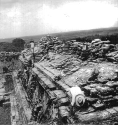 Hombres durante reconstrucción arqueológica