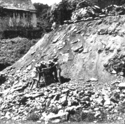 Hombres durante trabajos de excavación