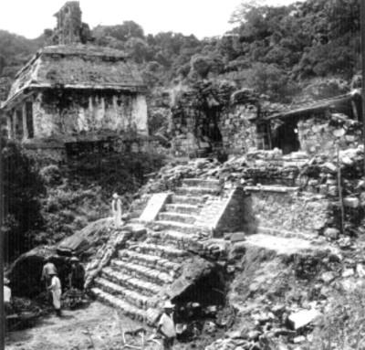 Hombres durante trabajos de reconstrucción