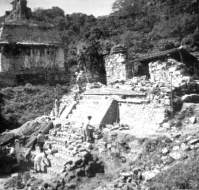 Trabajadores reconstruyen zona arqueológica