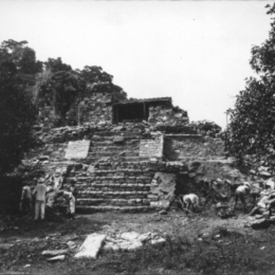 Trabajadores durante excavación en la base del Templo 14 reconstruido