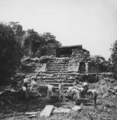 Hombres durante trabajos de excavación en la base del Templo 14