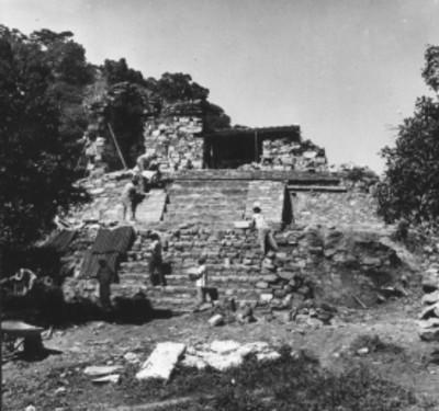Hombres durante reconstrucción de alfardas en el Templo 14