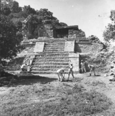 Trabajadores durante excavación frente al Templo 14 reconstruido