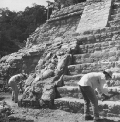 Hombres durante trabajos de exacavación en el Templo 14