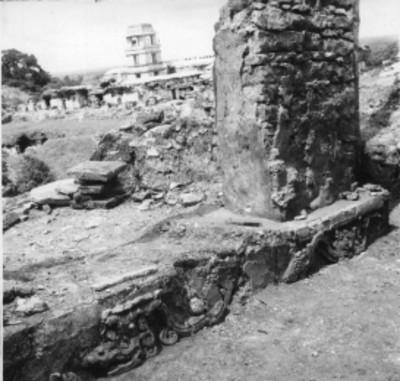 Tablero y pilastra de un templo con El Palacio al fondo