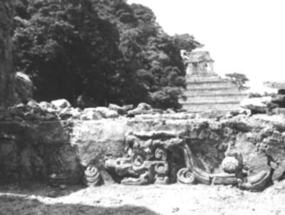 Templo de las Inscripciones con tablero en primer plano, vista general