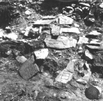 Fragmentos de lápidas en un templo sin desmontar, detalle