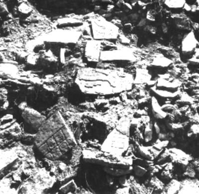 Fragmentos de lápidas en un templo sin desmontar, vista parcial