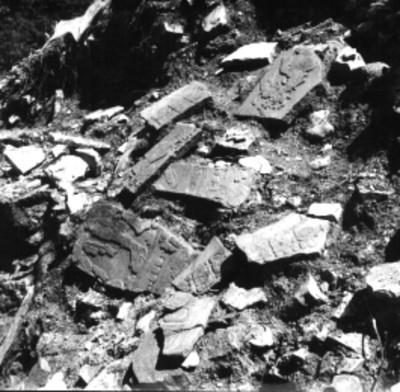 Fragamentos de lápidas en un templo sin desmontar, detalle