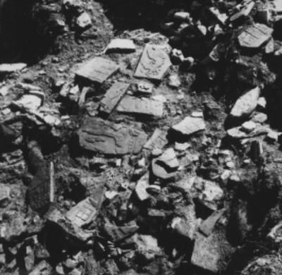 Fragmentos de lápidas con relieves en un templo sin desmontar, detalle