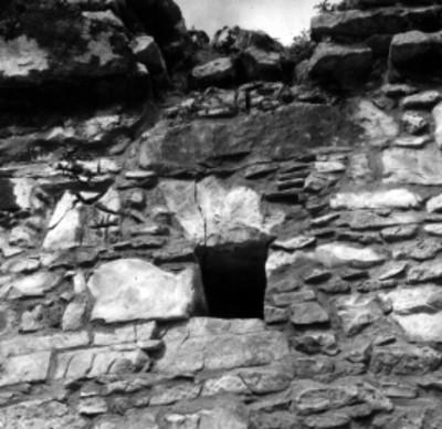 Muro de un templo muestra orificio en el parte superior, detalle