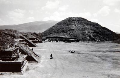 Plaza de la luna edificios que limitan al Oeste la plaza, al fondo la gran pirámide de la Luna En primer término el edifcio 5, durante la reconstrucción de su 2do cuerpo