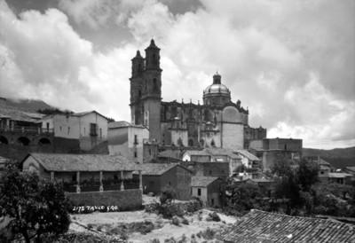 Parroquia de Santa Prisca con casas en primer plano