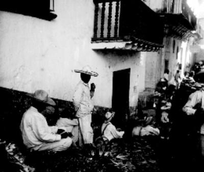 Indígenas venden durante tianguis