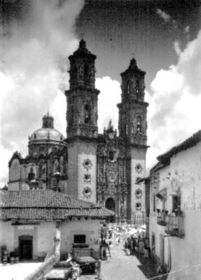Gente durante tianguis junto a la parroquia de Santa Prisca