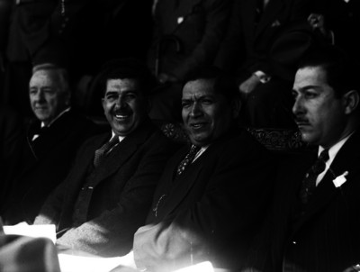 Saturnino Cedillo en compañía de políticos y militares en un salón, retrato de grupo