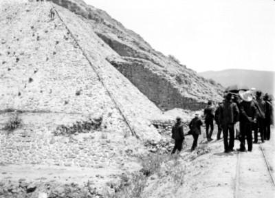 Turistas junto a una pirámide