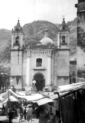 Tianguis frente a la iglesia de Chalma