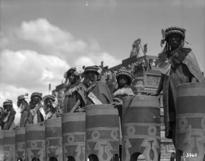 Danzantes con tambores durante festividad, retrato de grupo